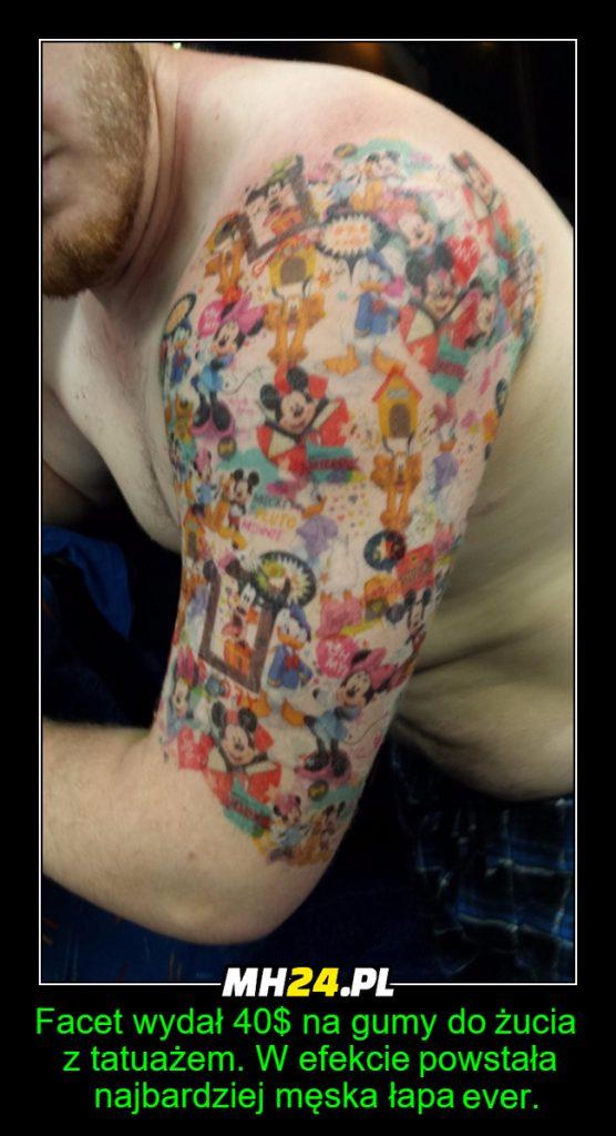 Facet wytatułował sobie rękę tatuażami z gum