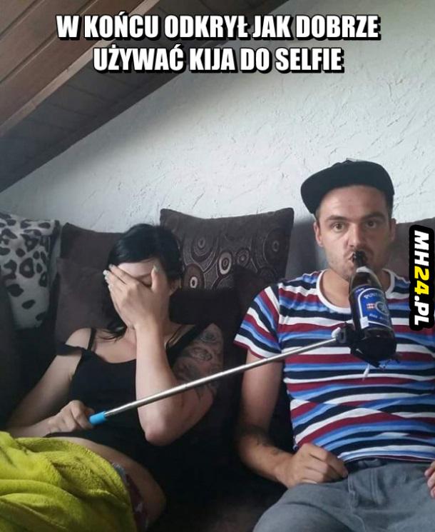 Ta para odkryła jak należy prawidłowo używać kija do selfie